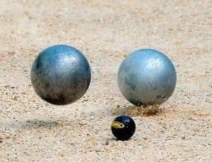 un carreau avec boules de pétanque