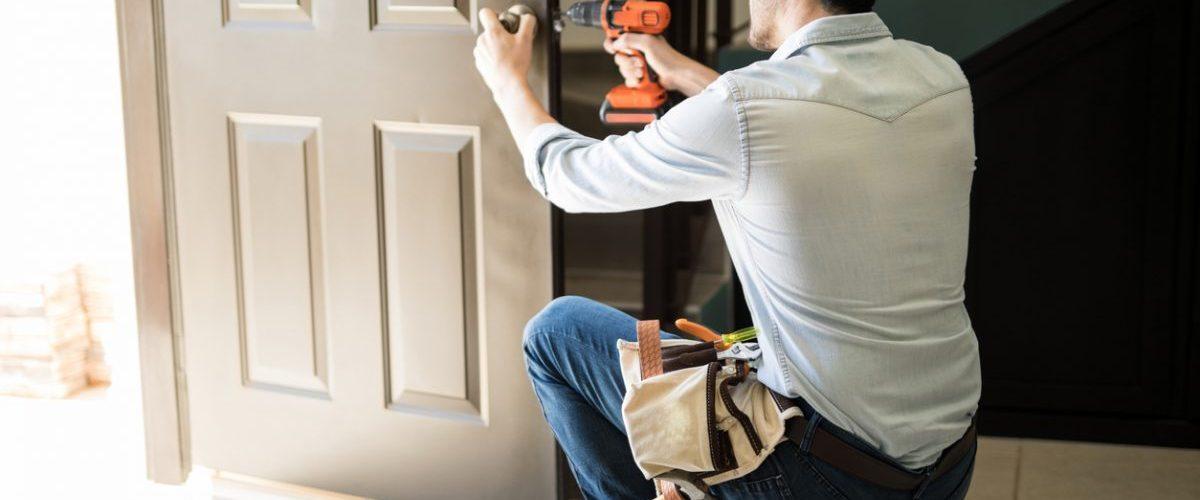 Comment poser un verrou sur une porte en PVC ?